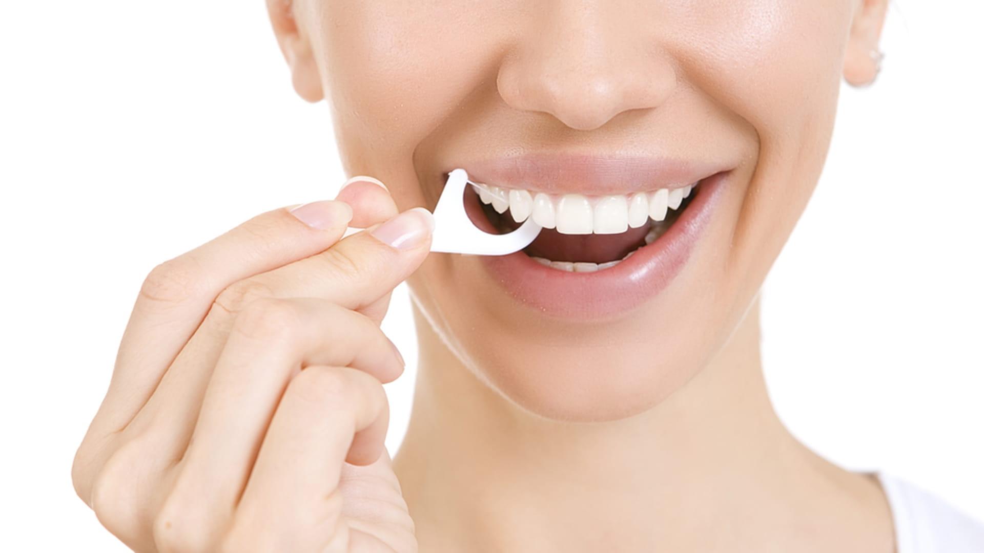 Пользование зубной нитью